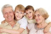Grand-père et grand-mère avec leurs petits-enfants attrayants — Photo