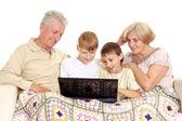 Büyükbaba ve büyükanne güzel onların torunları ile — Stok fotoğraf