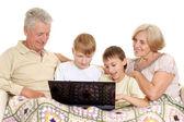 Büyükbaba ve büyükanne hoş onların torunları ile — Stok fotoğraf