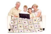 Grand-père et grand-mère avec leurs adorables petits-enfants — Photo