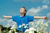 прекрасный мальчик пользуется свободой — Стоковое фото