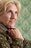 Piacevole donna anziana a casa — Foto Stock