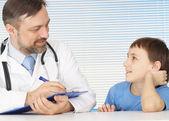 маленький мальчик на стойке заботливый доктор — Стоковое фото