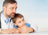 мальчик на стойке заботливый доктор — Стоковое фото