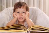 Schattig klein meisje studeren — Stockfoto