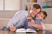 Otec a jeho syn sedí na pohovce — Stock fotografie