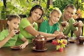 Lycklig familj dricka te — Stockfoto