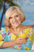Mujer mayor de vacaciones en el verano — Foto de Stock