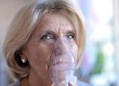 Femme faisant l'inhalation — Photo
