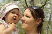 Baby en haar moeder ging voor een wandeling — Stockfoto