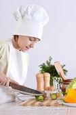 Chico prepara un plato — Foto de Stock