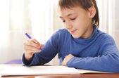 Chlapec kresba na papíře — Stock fotografie