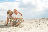 Cute elderly people enjoy the sea breeze — Stock Photo