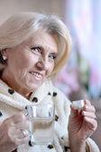 吃药的老女人 — 图库照片