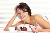 Kobieta jedzenie ciasta — Zdjęcie stockowe