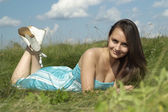 Krásná šťastná mladá dívka ležící — Stock fotografie