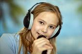 Dziewczyna w śpiewie niebieska koszula — Zdjęcie stockowe