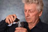 Uomo anziano trattata con farmaci — Foto Stock