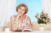Woman sitting in the room — Stock Photo
