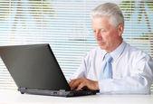 Hombre sentado en la computadora portátil — Foto de Stock