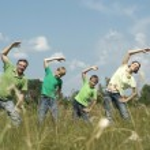 família feliz de quatro passa tempo ao ar livre no verão — Foto Stock