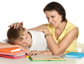 Matka a syn spolu dělat domácí úkoly — Stock fotografie