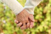 Starší pár, drželi se za ruce — Stock fotografie