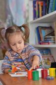 Bom criança desenha na mesa — Foto Stock