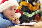 Chama a bela adolescente caucasiana em um chapéu de Papai Noel — Fotografia Stock