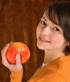 Piękna dziewczyna z jabłkiem — Zdjęcie stockowe