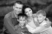 家族 4 人歩いて — ストック写真