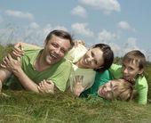 Família legal na camisa verde — Foto Stock