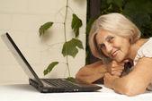 Fin äldre kvinna sitter på verandan — Stockfoto