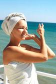 Cute woman enjoying the sea breeze — Foto Stock