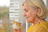 老人喝茶的女人 — 图库照片
