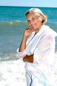 海の風を楽しんで素晴らしい女性 — ストック写真
