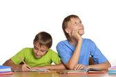 Hermanos haciendo su tarea. — Foto de Stock