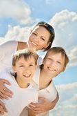портрет улыбается женщина с сыновьями — Стоковое фото