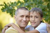улыбаясь, отец и сын — Стоковое фото
