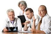 Ein team von ärzten erwägen eine röntgenaufnahme — Stockfoto