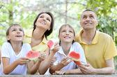 家庭吃西瓜 — 图库照片