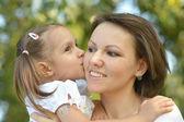 Moeder met haar dochtertje — Stockfoto