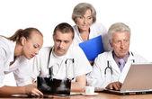 Médicos en mesa — Foto de Stock