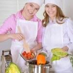 två glada tonåring flickor — Stockfoto
