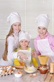 Chicas para hornear un pastel — Foto de Stock