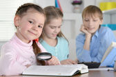 Bambini a fare i compiti insieme — Foto Stock