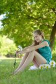 公园里春天的女孩 — 图库照片