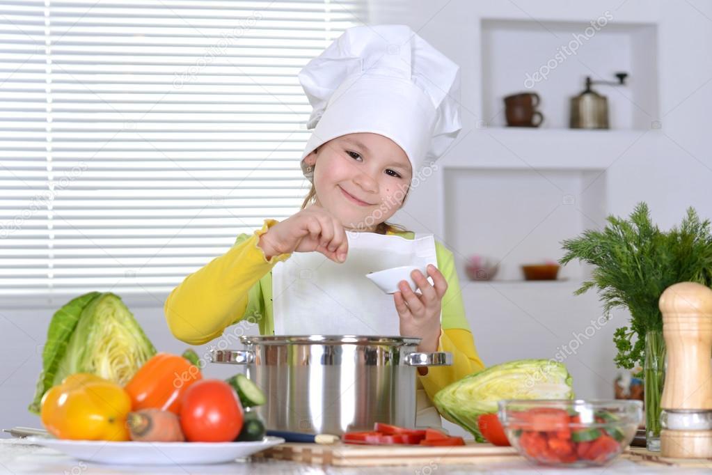 Chica cocinando sopa foto de stock 30735495 depositphotos - Nina cocinando ...