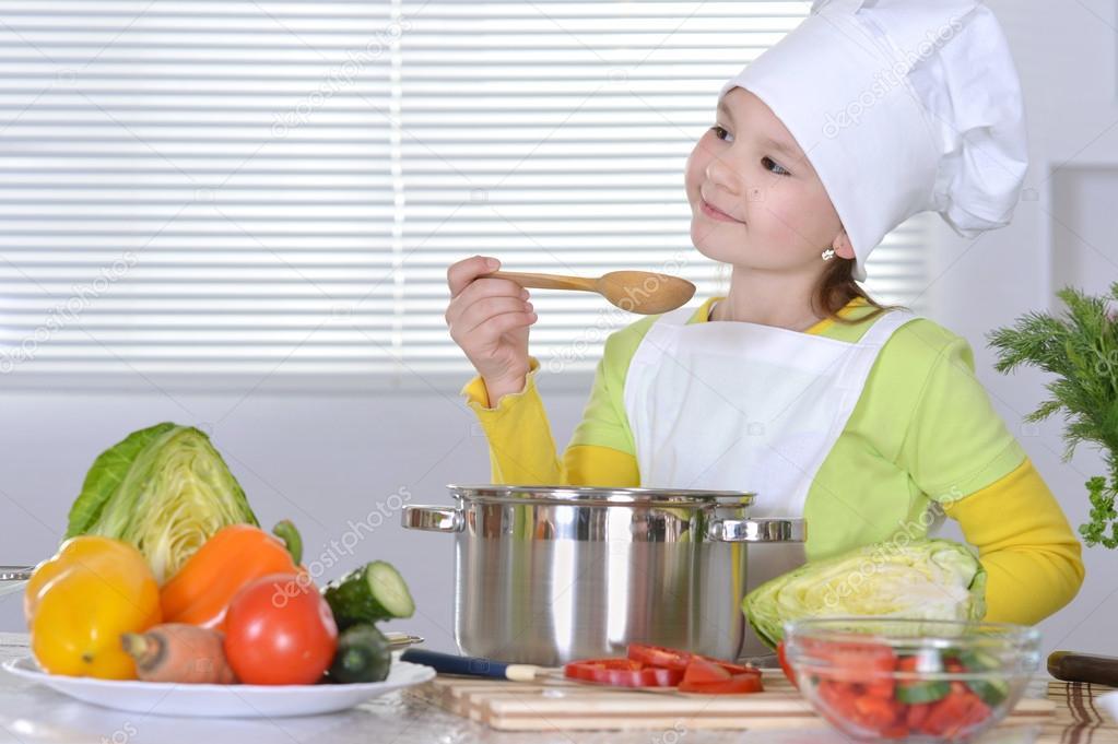 Chica cocinando sopa foto de stock aletia 30735705 - Nina cocinando ...