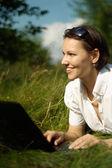 Szczęśliwa kobieta ma odpoczynku na charakter — Zdjęcie stockowe